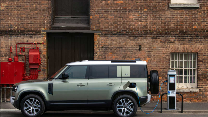Land Rover Defender introduceras med laddhybridens elkraft, sexcylindrig diesel och i ny modellversion: X-Dynamic