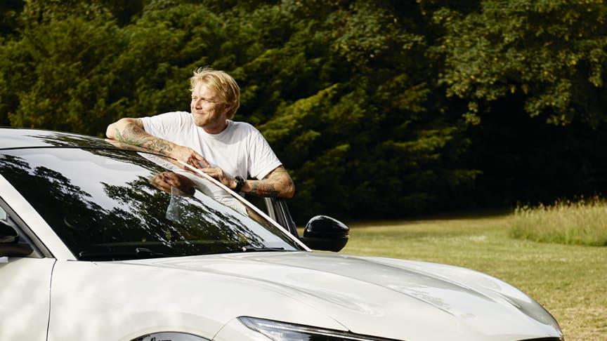 Tv-vært Felix Smith havde inviteret venner og familie til Ford Mustang Mach-E Home Party.