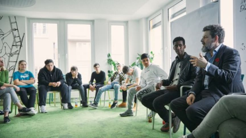 Kai Blasberg (Geschäftsführer TELE 5) diskutiert mit den NO LIMITS Teilnehmern