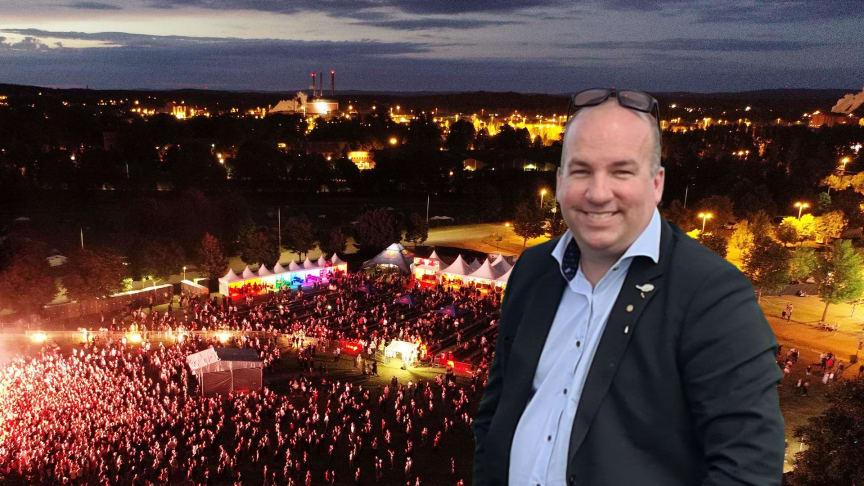 Festivalgeneral Patrik Ekman framför festival.