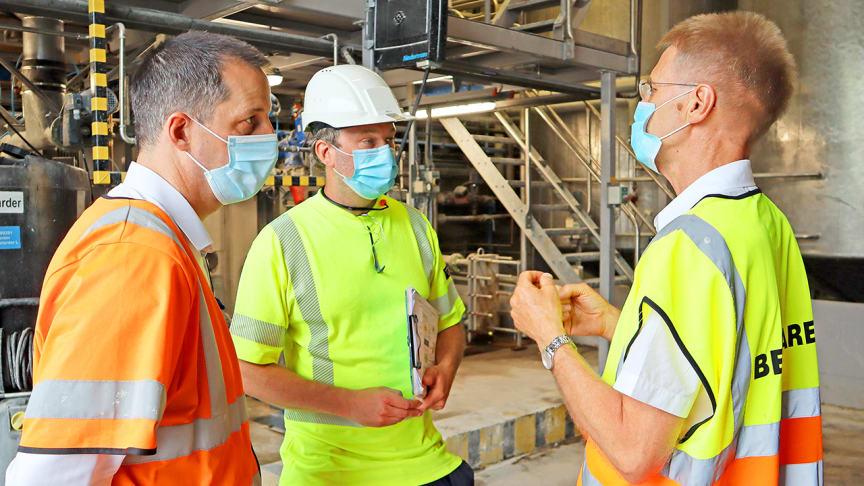 Daniel Easter och Alexander Johnsson berättade om STUNS-projektet för landshövding Göran Enander vid ett besök i fabriken i juni 2021.