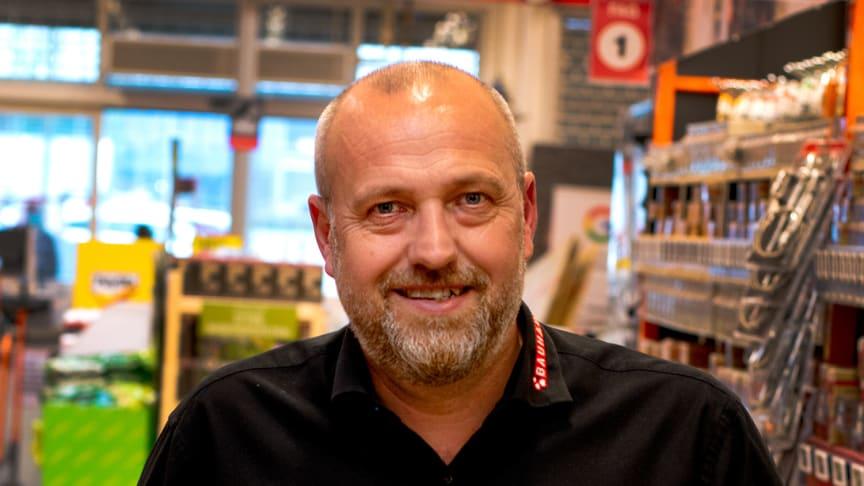 """""""Ny bytteservice giver ret til at bytte ubrugte varer eller få pengene retur inden for 12 måneder,"""" siger indkøbsdirektør i Bauhaus Kenn Pedersen, der her ses med en fyldt indkøbsvogn."""