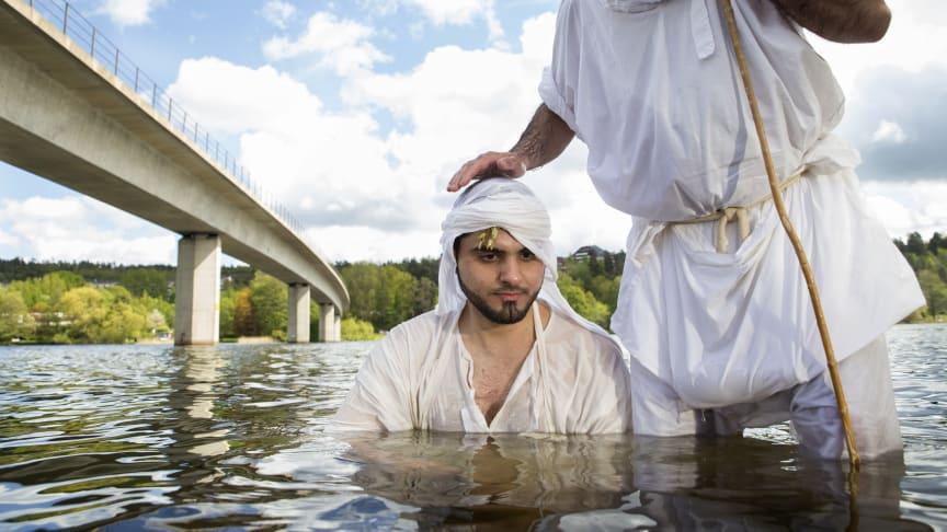 Mandeiskt dop i Albysjön, Stockholm. Mandéerna är en religiös minoritetsgrupp som särskilt hedrar Johannes Döparen. De kommer ursprungligen från Iran och Irak, men många har flytt våldet i regionen. Foto: Anders Nicander