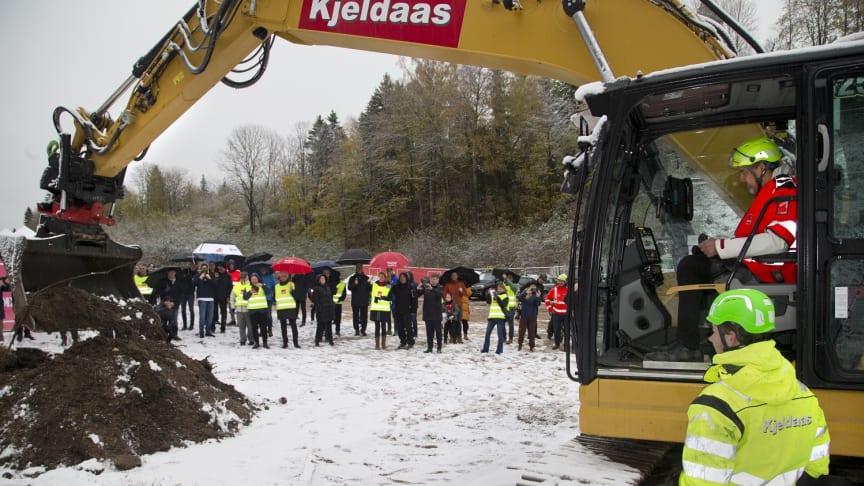 Kulturminister Abid Raja tok det første symbolske gravmaskintaket på den nye velodromen. Foto: Håvard Solerød