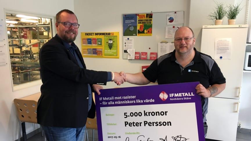 Kenth Hellqvist (t.v.) från IF Metall delar ut stipendiet till Peter Persson på LK i Helsingborg.