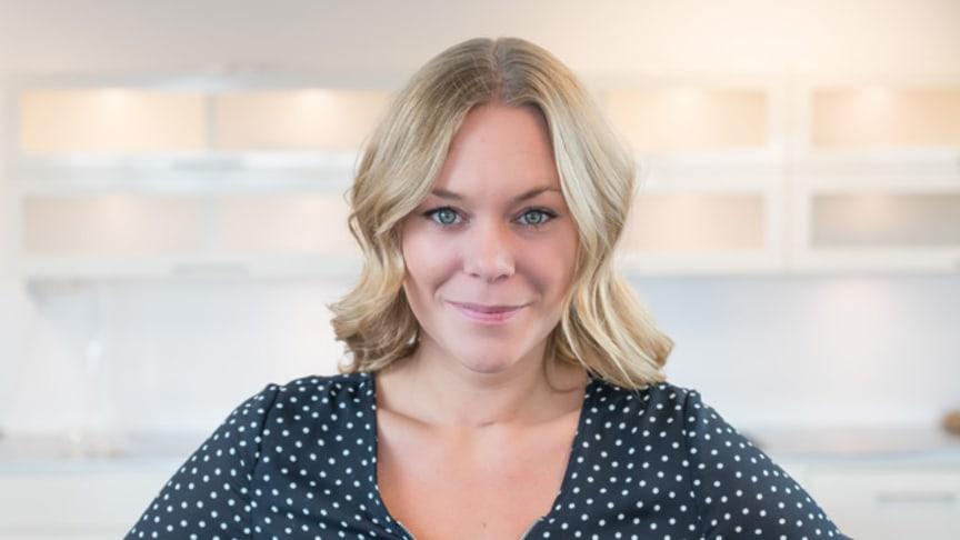 Sommelieren Maya Samuelsson berättar om varför champagne även borde avnjutas till mat och tipsar om vikten av att använda rätt glas för den rätta upplevelsen.