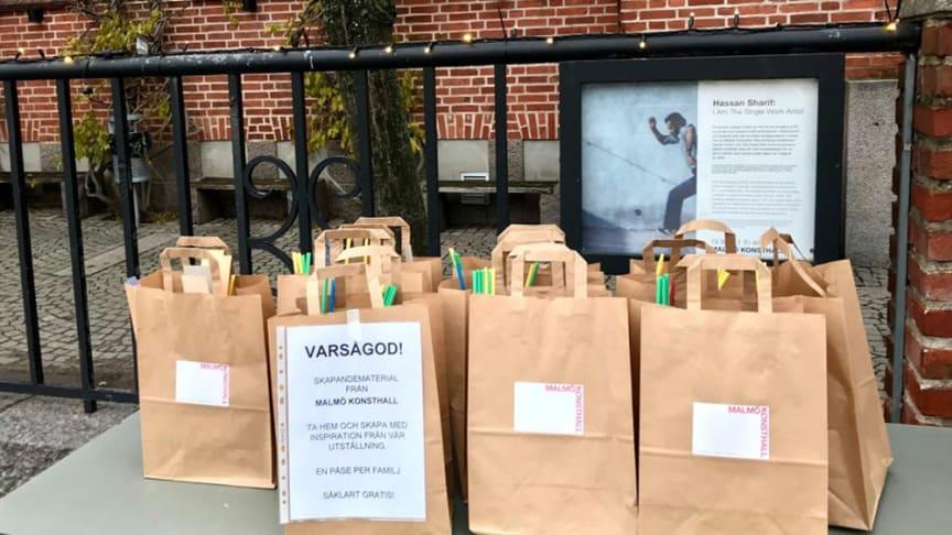 Materialpåsar delas ut utanför Malmö Konsthall tisdag 30 mars, onsdag 31 mars och torsdag 1 april kl. 11.00, så långt lagret räcker.