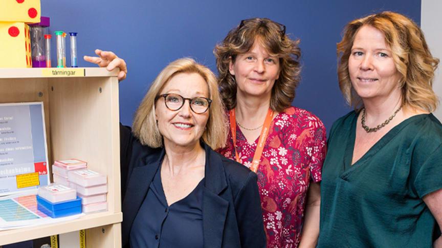 Metodutvecklare Eva Lindström(t v), biträdande enhetschef Kerstin Almgren och specialpedagog Ingela Byman, alla på skolfam. Foto: Robert Blombäck.