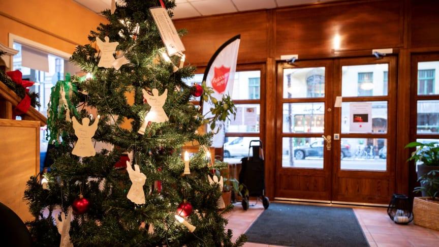 Flera av Frälsningsarméns kårer och verksamheter runtom i landet använder sig inför julen av så kallade Änglaträd. Foto: Jonas Nimmersjö