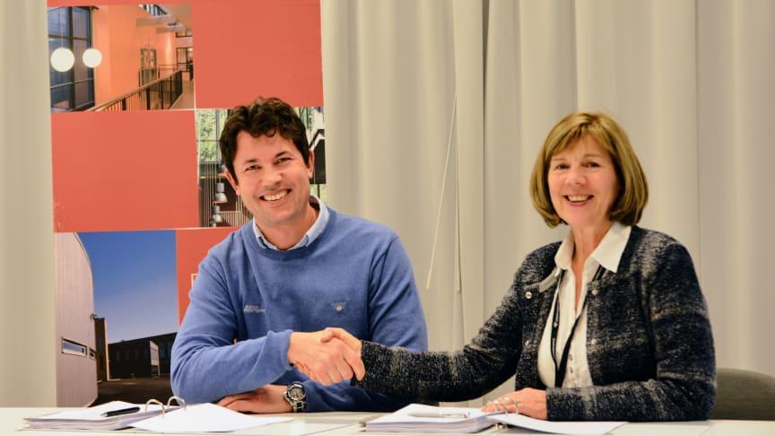 Øyvind Velsand, Asker Entrepenør og Rigmor Hansen, Undervisningsbygg etter signering av kontrakt om bygging musikkrom og gymsal ved Berg skole.