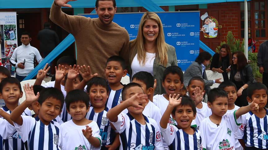 Fußballstar tut Gutes: Bei einer Reise in seine Heimatstadt Lima besuchte Claudio Pizarro gemeinsam mit seiner Frau Karla ein Projekt der SOS-Kinderdörfer, das er mit rund 114.000 Euro unterstützt.