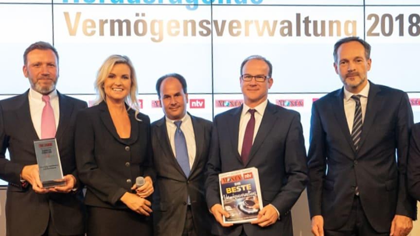 Freuen sich über die Auszeichnung (v.l.): Michael Schülke, René Hermanns, Clemens Berendt und Olaf Klose von der apoBank mit der Moderatorin Carola Ferstl