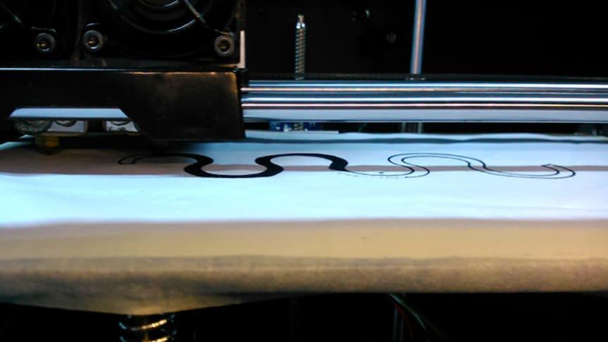Ett polymert elektriskt ledande material skrivs direkt ut på textilen. Foto: Razieh Hashemi Sanatgar.
