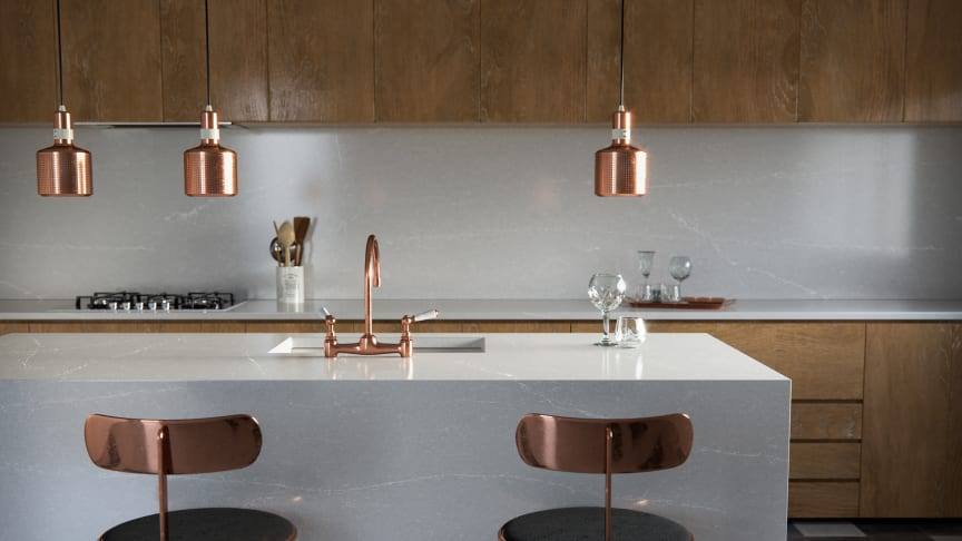 En stilren köksö, bänkskiva och stänkskydd i nya Silestonefärgen Desert Silver. Alla foton utav Ellie Lillstrom