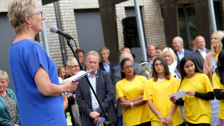 Rektor Tone Nordstrøm holder åpningstale på Haugenstua skole.