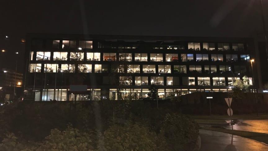 BREEAM Very Good-bygning med høy grad av automatisering kl 22:00 11. oktober 2017. Til tross for automatiseringsgraden var det mye lys som ikke slukket selv om arealene ikke var i bruk.