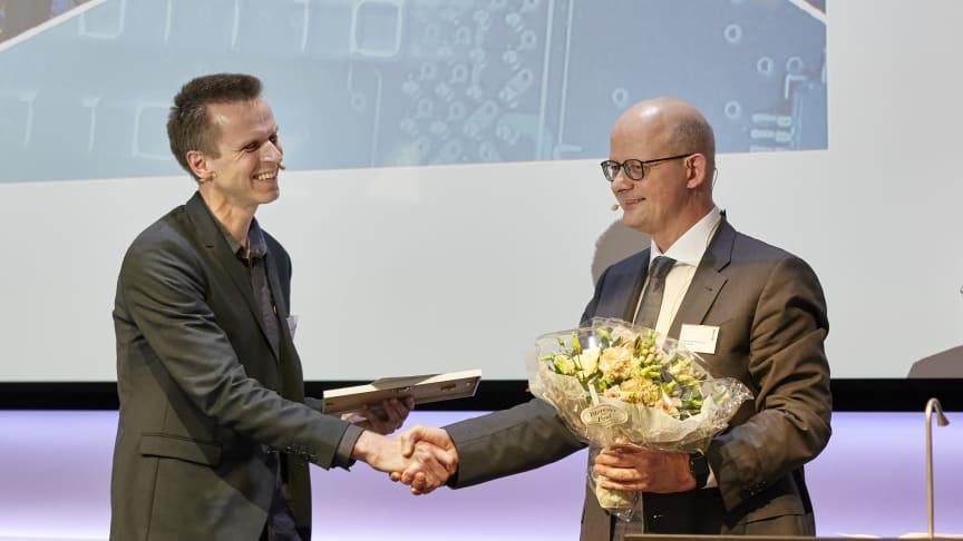 NIels B. Larsen (t.v.) fik overrakt prisen af komiteens formand Niels Chr. Nielsen (t.h.).