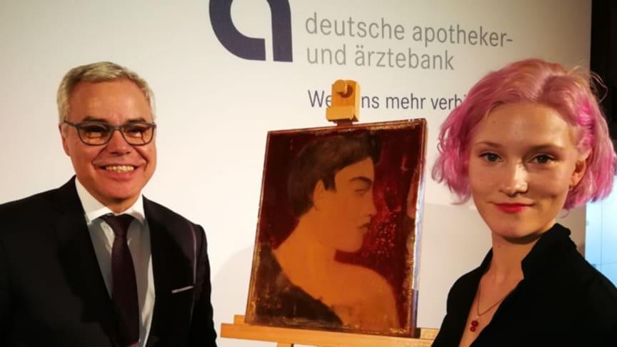 Ulrich Sommer gratuliert Klara Virnich, der Gewinnerin des apoBank-Stipendiums. (Foto: apoBank)