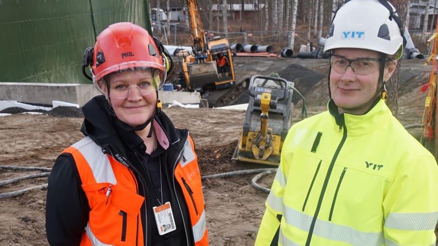 Kuvassa Cramon asiakaspäällikkö Anne Forsman ja YIT Rakennus Oy:n Juha Mäkelä.