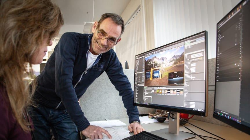 Produktansvarlig Steinar Nilsen gleder seg over å se 3D spillutvikler Amanda Westrum van Tils levendegjøring av arbeidssituasjoner han kjenner seg igjen i. Foto: Trainor AS