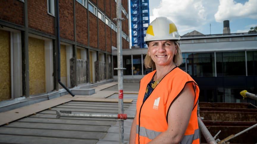 Helena Timdahl-Franke blir rektor för en ny kommunal gymnasieskola i Enskede. Nu pågår ett stort ombyggnads- och renoveringsarbete av lokalerna på Palmfeltsvägen. Skolan öppnar höstterminen 2022.