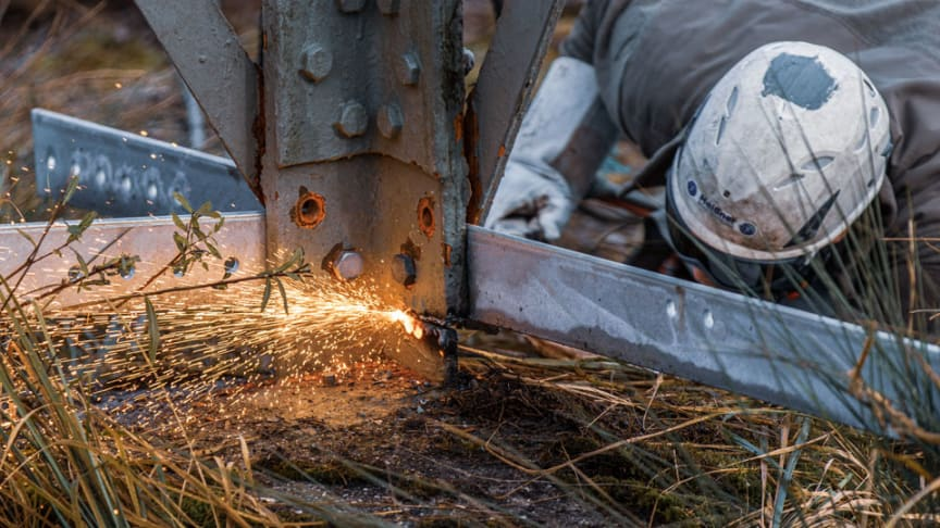 Die Bayernwerk Netz beginnt am 1. Juni mit den Vorbereitungen zur Erneuerung der Hochspannungsleitung zwischen Bergkirchen und dem Umspannwerk Maisach. Schmalere Stahlvollwandmasten ersetzten künftig die vorhandenen Gittermasten.