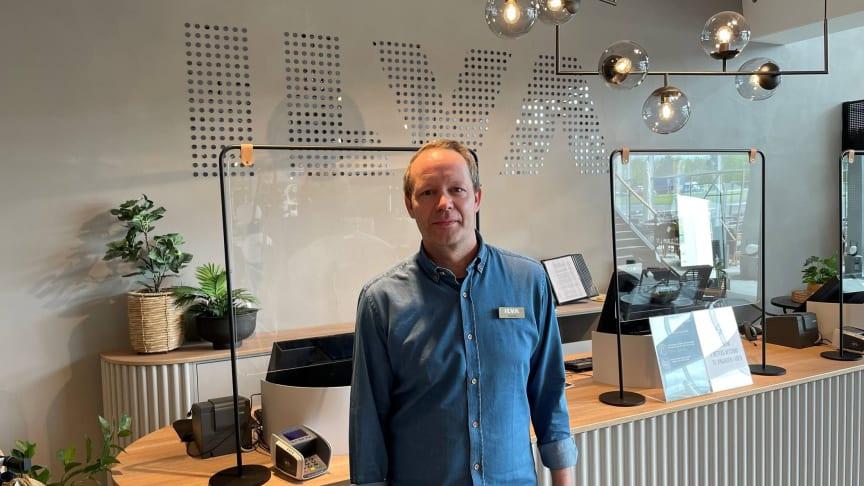 Hos ILVA i Varde er de klar til at tage i mod kunder i et totalrenoveret bolighus. Renoveringen fejres med en Grand Opening-weekend med masser af gode tilbud og en kæmpe konkurrence. På billedet ses Steffan Holm, butikschef i Varde.