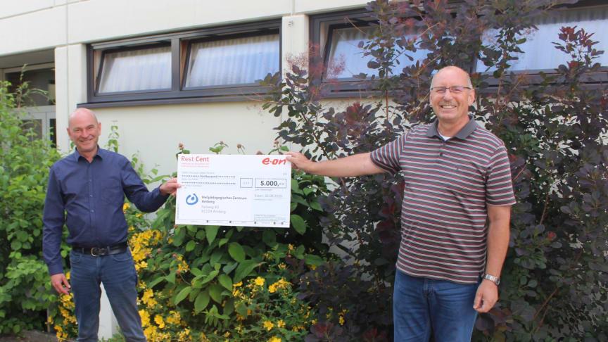 5.000 Euro für Heilpädagogisches Zentrum: Bayernwerk-Mitarbeiter Lothar Haberzeht (li.) übergibt den Spendencheck an den Lebenshilfe-Vorsitzenden für Amberg-Sulzbach, Eduard Freisinger (re.).