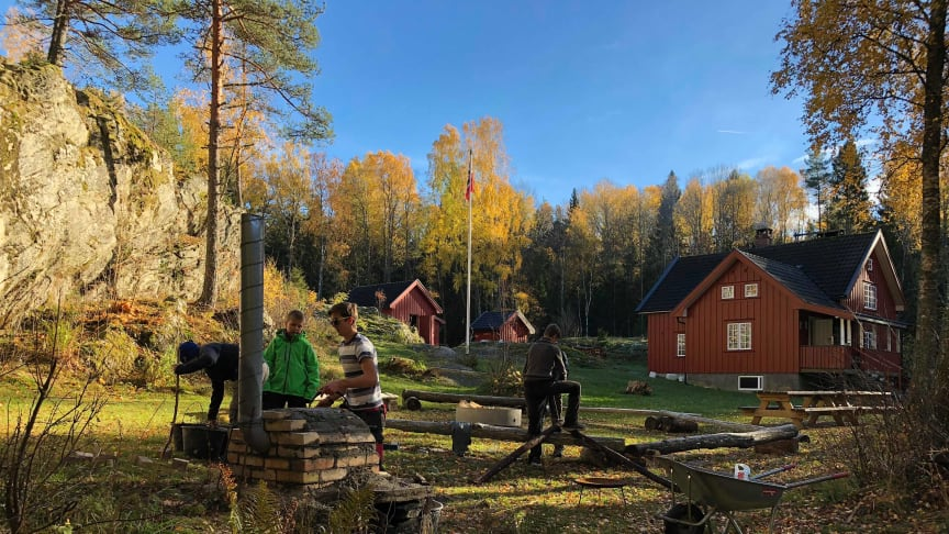 """""""1. Fredrikstad speidergruppe"""" får støtte til solcelleprosjekt på speiderhytta. Unge speiderledere som går på tekniske linjer på videregående skole skal være med og gjennomføre prosjektet. (Foto: Hans Jacob Sandberg)."""