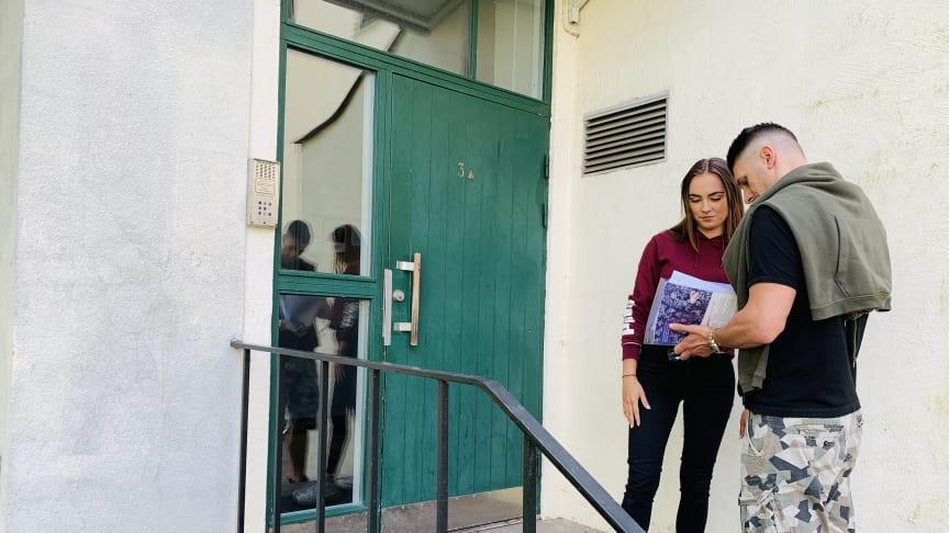 Studenter på väg in i sin nya lägenhet