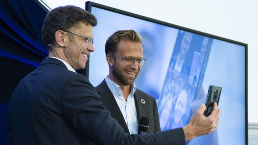 Digitaliseringsminister Nikolai Astrup og Petter-Børre Furberg, sjefen for Telenor Norge, gjennomførte historiens første 5G-samtale i Norge. Foto: Martin Fjellanger.