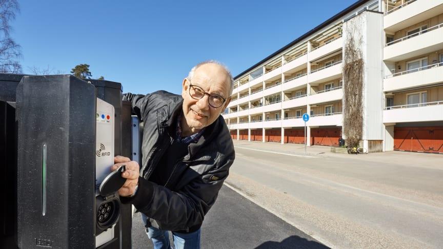 Ulf Holgersson, BRF Kolarhagen, visar en av de nya laddplatserna för elbilar.
