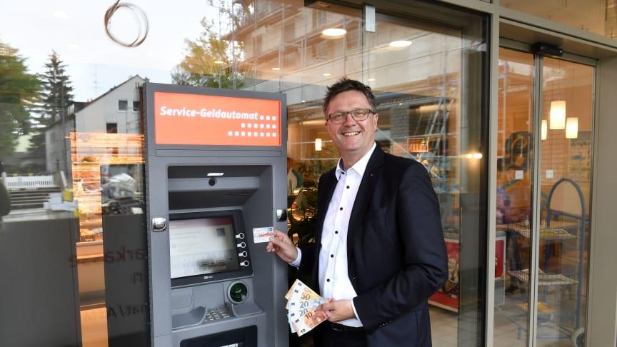 Pressesprecher Joachim Fröhler am neuen Geldautomaten der Stadtsparkasse München an den Fasanarkaden