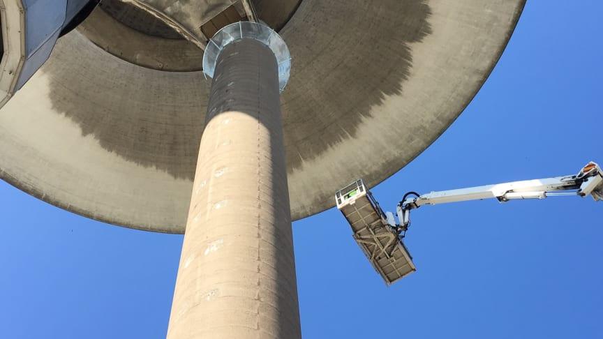"""Längst upp vid benet syns ett av stålnäten som ska förhindra att fler betongbitar faller ned. """"Stålnäten kring benen ser ut som upp- och nedvända parasoller"""", säger Stefan Bergman, entreprenadingenjör på NSVA."""