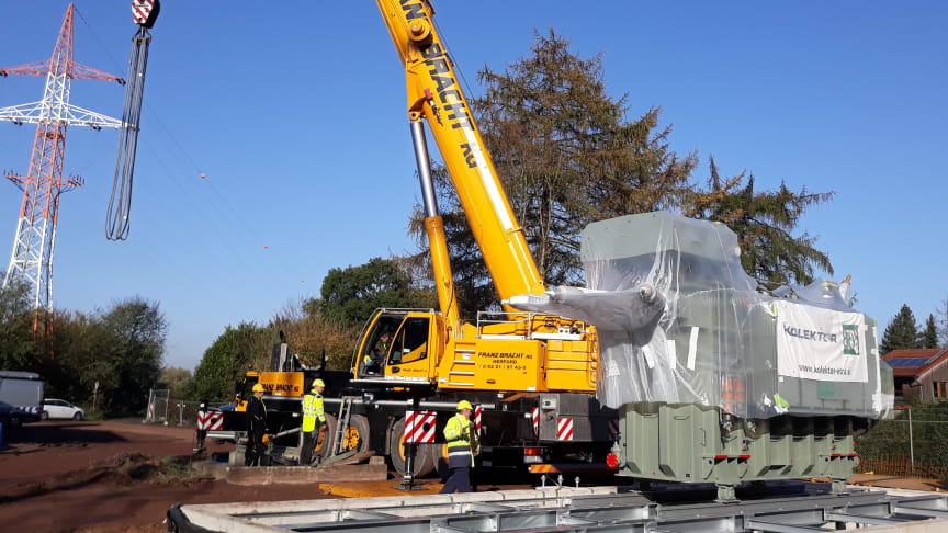 Westfalen Weser Netz modernisiert Umspannwerk Lahde: 50 Tonnen schwerer Trafo wurde jetzt per Schwerlastkran auf sein Fundament gehievt.
