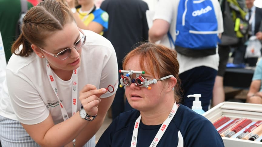 Marie-Kristin Preuschl überprüft bei Nicole Pietschmann, Athletin der Lebenshilfe Brandenburg-Potsdam e.V., die Sehkraft. (Foto: SOD/Juri Reetz)