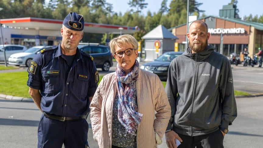 Kommunpolis Anders Johansson, Lotta Hjoberg, sektorchef Social Välfärd och Nils Thyselius, fältsekreterare. Foto: Mikael Sjömark