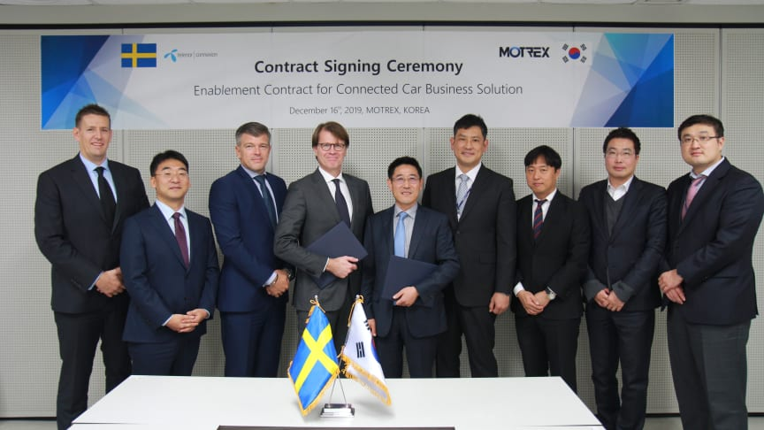 Contract signing between Motrex CEO Lee Hyung-hwan and Telenor Connexion CEO Mats Lundquist.