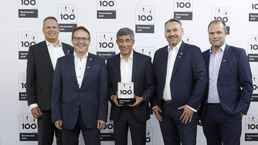 Das Team von Algeco um Geschäftsführer Stefan Harder (2. v. l.) freut sich über die Top 100-Auszeichnung durch Ranga Yogeshwar (M).