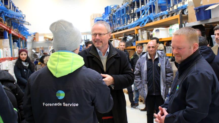 Skanderborgs borgmester Jørgen Gaarde (S), der ses i midten af billedet, hilser på medarbejdere i Forenede Service under virksomhedsbesøget mandag. Foto: Jannik Preisler