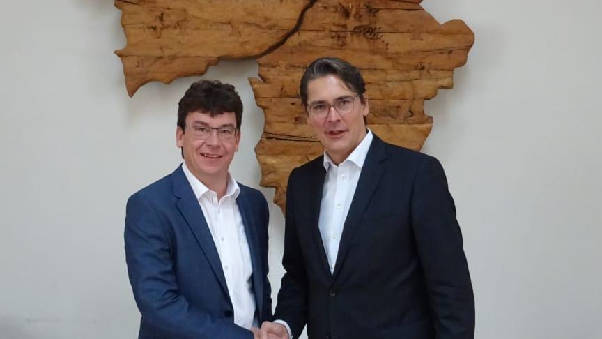 Handshake für die digitale Zukunft von Markt Indersdorf: Bürgermeister Franz Obesser und Uwe Nickl, CEO von Deutsche Glasfaser, besiegeln die Eigentumsübertragung des Glasfasernetzes.