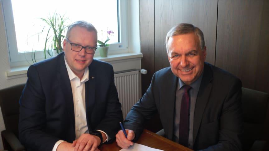 In Beisein von Frank Niemeier (Deutsche Glasfaser) unterzeichnet Bürgermeister Gerd Albrecht den Vertrag für die Glasfaseranschlüsse für die Gemeinde Wendeburg.