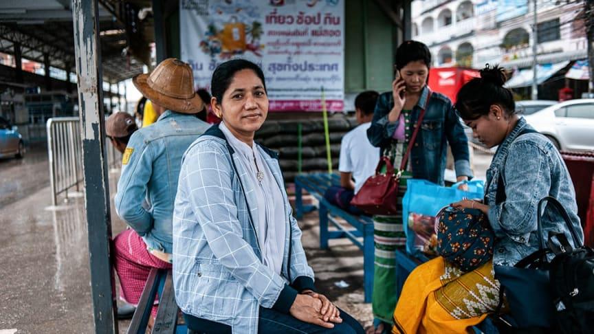 Företag och organisationer lanserar gemensamt en mobilapp med information om covid-19 och träning i arbetsrätt för att stärka Thailands många migrantarbetare – en grupp i riskzonen för trafficking och modernt slaveri. (Foto: IOM 2018/Visarut Sankham)