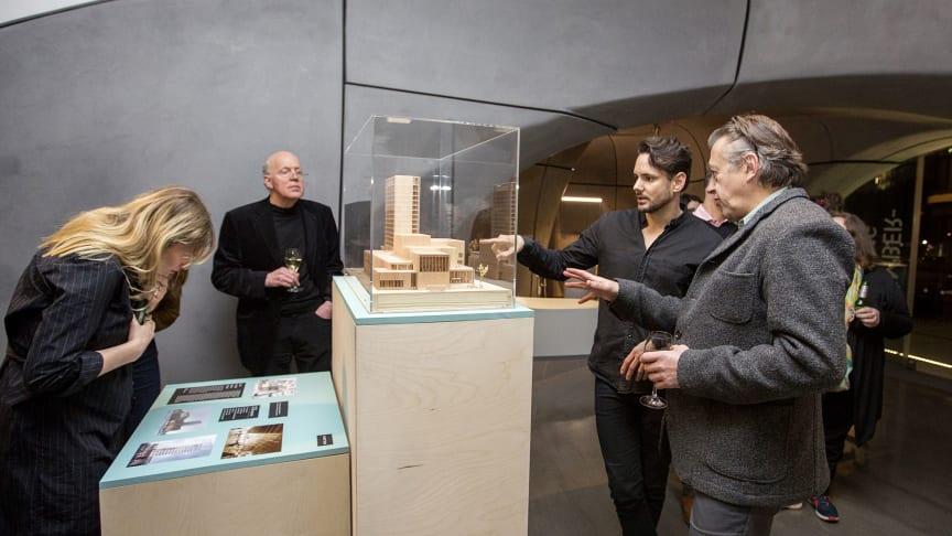 Robert Schmidtz, White Arkitekter, visar upp modellen av Skellefteås kommande kulturhus.