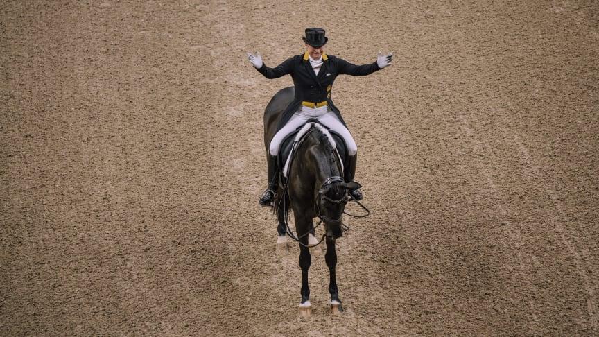 Isabell Werth klappar om sin Weihegold efter en väl genomförd Grand Prix. Foto Johan Lilja