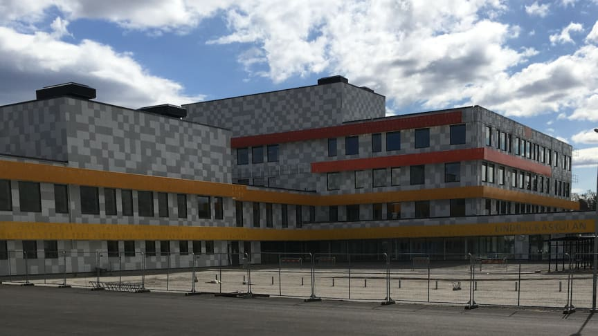 Nya Lindbackaskolans huvudentré från Fotbollsgatan i Lindesberg.