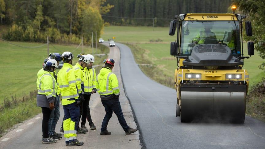 Svevia testar en asfalt med lägre klimatpåverkan på en vägsträcka utanför Gnesta. Foto: Markus Marcetic