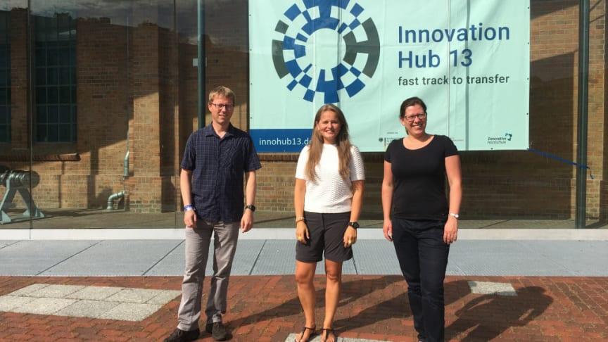 Carsten Hille (l.) und Sarah Schneider (r.) von der TH Wildau mit Triinu Varblane (m.) vom finnischen Technology Centre Merinova auf dem Campus der TH Wildau im August 2021. Bild: TH Wildau / Innovation Hub 13 / Frank Leberecht