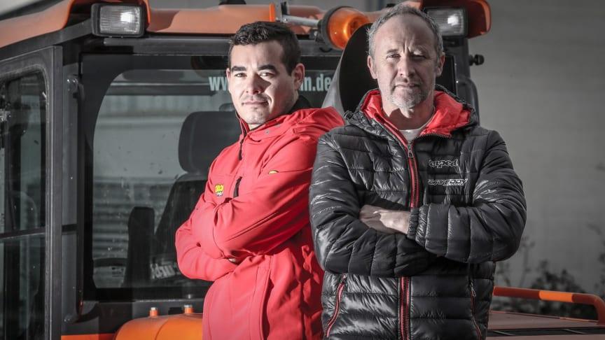 Tom Sager (v) och Paul Edmondson (h) bygger VM-banan i Sparbanken Lidköping Arena