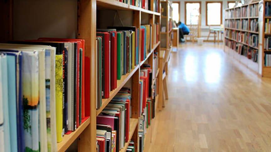 Piteå Stadsbibliotek stänger tillfälligt för att byta ut bokhyllorna. Under tiden hälsas besökarna välkomna till övriga bibliotek i kommunen. Foto: Martin Trygg